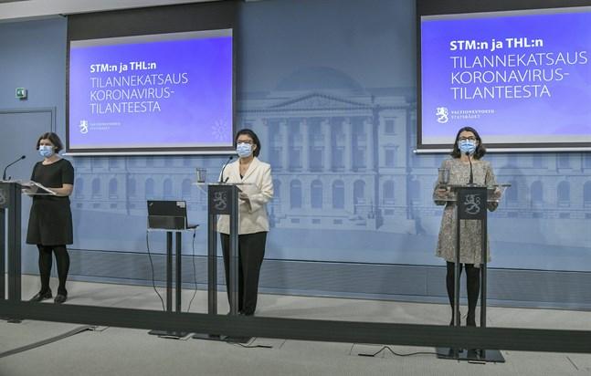 Emmi Sarvikivi, överläkare vid Institutet för hälsa och välfärd, Liisa-Maria Voipio-Pulkki, strategidirektör vid Social- och hälsovårdsministeriet och Anna Katz, projektchef vid Social- och hälsovårdsministeriet, på torsdagens presskonferens om coronaläget.