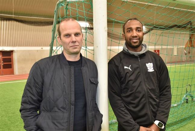 Markus Gädda och Walter Moore, ordförande respektive tränare i FC United.