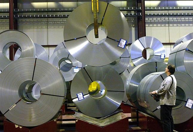Covid-19-pandemin och hård konkurrens från import anges som motiv för den stora nedskärningen på ståltillverkaren Outokumpu.