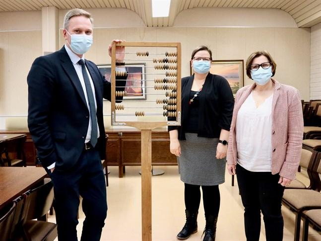 Mats Brandt, Gunilla Lillbacka och Maria Palm har filat på budgetramen i coronatider.