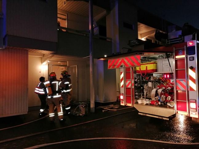 Det började brinna i ett bostadshus på Mårdgatan i Karleby på fredagseftermiddagen.