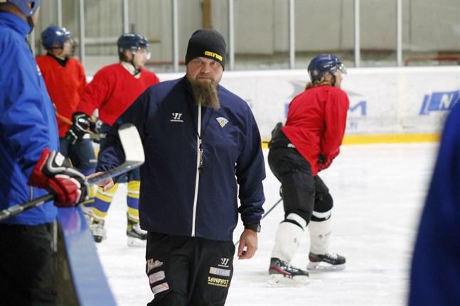 Nu väntar en väldig tät matchtakt för Peetu Koponen och hans Kraft hockey.