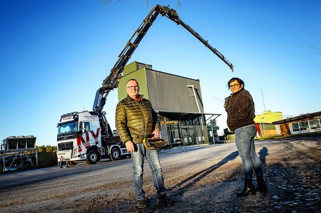 Ny kranbilen är den största enskilda investeringen hittills, konstaterar Kenneth Isaksson och Linda Frostdahl.