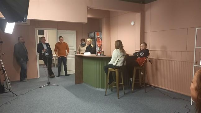 På bilden syns politikerna Nicklas Nygård, Samuel Broman, Christoffer Ingo och Åsa-Britt Forth-Snellman. programledare Lena Paxal samt framtidsexperterna Emilia Holmberg och Pyry Tikkanen.