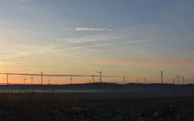 Vindkraftsparken i Kalax, med totalt 21 turbiner, färdigställdes i fjol, och det här att synas i fastighetsskatteinkomsterna i Närpes för år 2021.