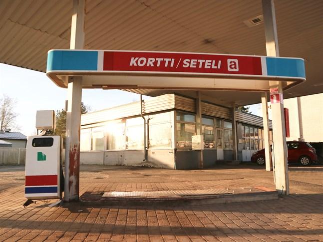 I höstas stängde Teboil mackarna vid den gamla servicestationen som länge legat öde. Nu ska hela rasket rivas och marken saneras.