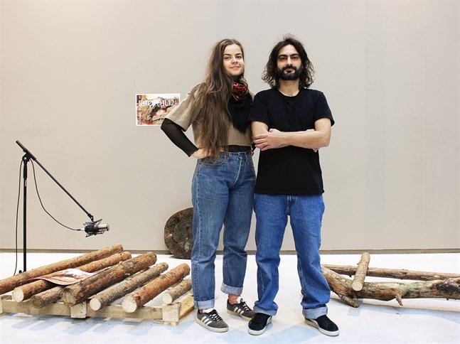 Jenni Österlund och Michele Uccheddu med xylofonen de har byggt av trä. Den kommer de att spela på i White box, tillsammans med en maskin som triggas av ljudet.