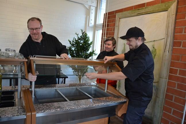 Andreas Nylind hade buffébordet i lager medan all annan inredning är ny i den nya restaurangen i Korsnäs. Cecilia Granlund och Jonathan Dahlbäck är anställda där.