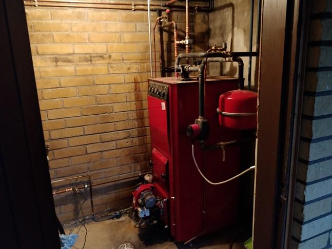En snart tjugo år gammal oljepanna av märket Jäspi. Det här uppvärmningssystemet som finns i ett småhus i Jakobstad ska dock inte bytas ut till något mer klimatneutralt.