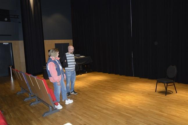 Det blir en omställning att spela i Frans Henrikson-salen konstaterar Tilda Eklund och Daniel Norrback. De är två av åtta aktörer som spelar Råttfällan med Närpes teater i vinter.