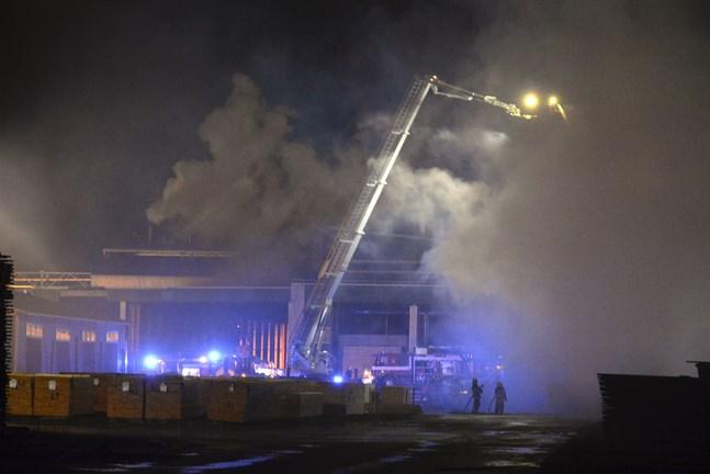 Branden bekämpas både från marken och med hjälp av skylift.
