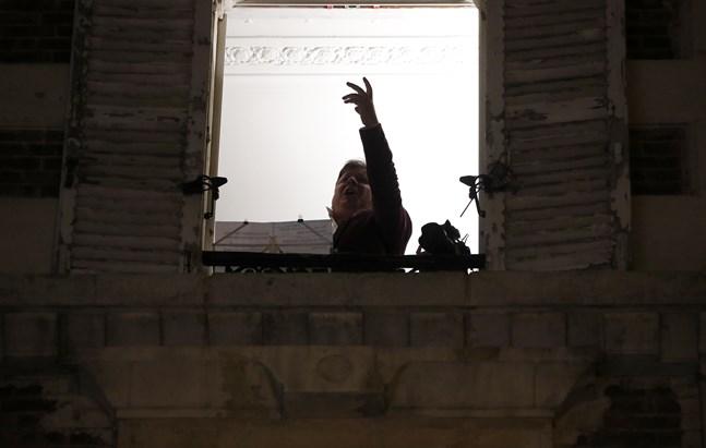Den franske operasångaren Stéphane Sénéchal sjunger från sitt fönster i det delvis pandeminedstängda Paris. Bilden är från i måndags.