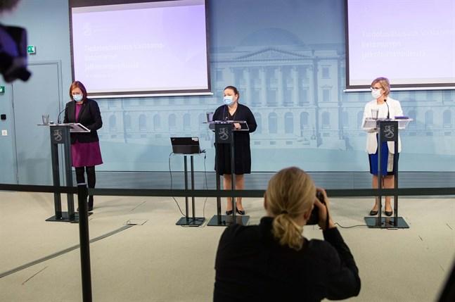 Ministrarna Sirpa Paatero, Krista Kiuru och Anna-Maja Henriksson presenterade flera åtgärder på såväl kort som lång sikt med anledning av Vastaamo-läckan.