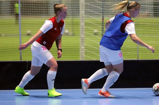 FC Brändöpojkarna inledde futsalträningarna i augusti men fick ta några veckors paus i oktober. På bilden Josefine Dahlgren och Janika Hinders på en av lagets träningar i Botniahallen.