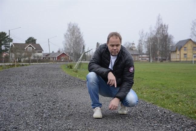 Yttermark skolas rektor Mikael Bernas inspekterar den nya gång- och cykelbanan som nu ger skoleleverna en tryggare skolväg mellan Vasavägen och Uljensvägen.