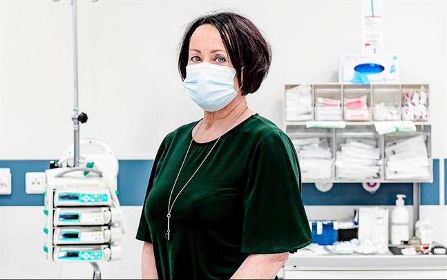 Chefsöverläkare Pirjo Dabnell säger att det är ett orosmoment att äldre personer nu igen smittas av coronaviruset i Mellersta Österbottens sjukvårdsdistrikt.