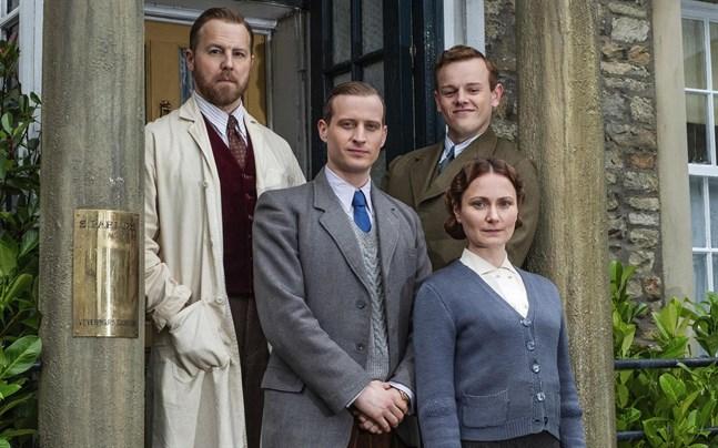 """Samuel West, Callum Woodhouse, Nicholas Ralph och Anna Madeley i den nya versionen av """"I vår herres hage""""."""