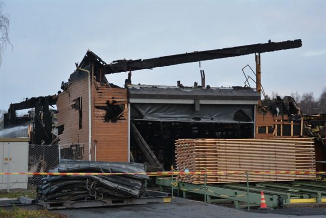 Just nu är det avbrott i ströläggningen vid Lunawood i Kaskö. Härifrån går virket vidare direkt till värmebehandling. Hur branden kommer att påverka produktionen har bolaget ännu inte berättat.