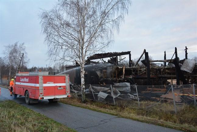 Så här såg det ut dagen efter branden i produktionshallen vid Lunawood i Kaskö.