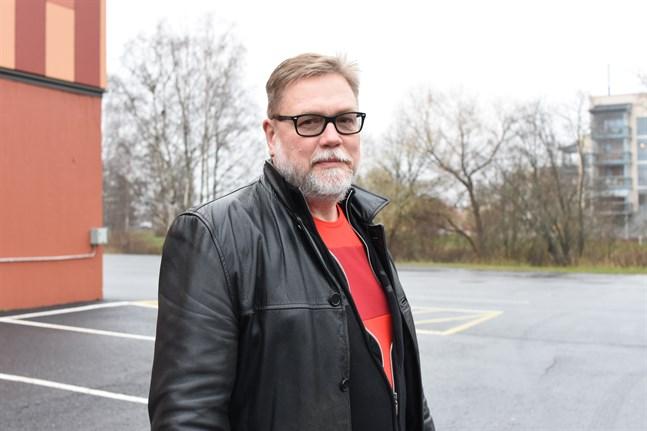 Peter Riddar är ledande läkare inom vårdsamkommunen K5 . Han är även  tjänsteläkare i Kristinestad och därmed smittskyddsläkare.