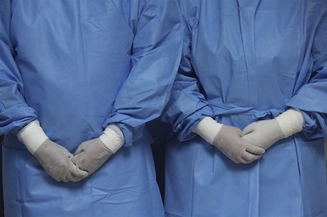 Sjuksköterskor med skyddsutrustning i Perus huvudstad Lima. Arkivbild.