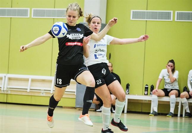 Futsal är en kontaktsport som spelas inomhus. Trots detta har Bollförbundet beslutat att man spelar vidare i FM-ligan och division 1. Bild från då FC Sport-j (i svart) mötte MuSa 14 november.