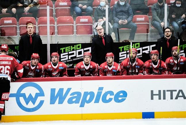 Sports tränare Risto Dufva, i mitten, är inte alls nöjd med spelschemat i FM-ligan.