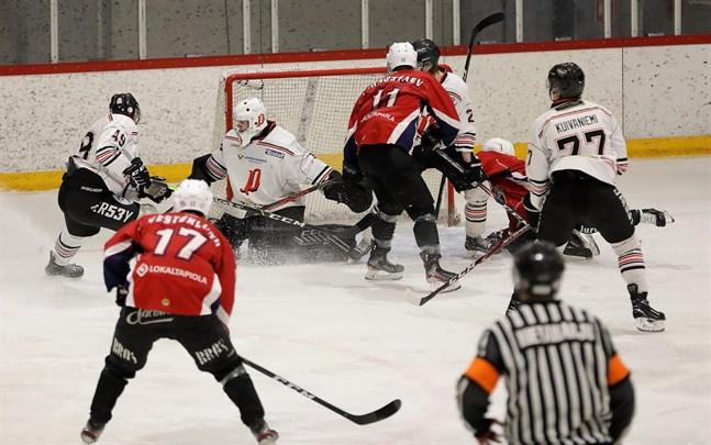 Artjom Gornostajev, Linus Vesterlund och de andra hockeygladiatorerna i Muik får en oväntat lugn helg. Lagets matcher i helgen borta mot S-Kiekko och hemma mot HCIK har ställts in.