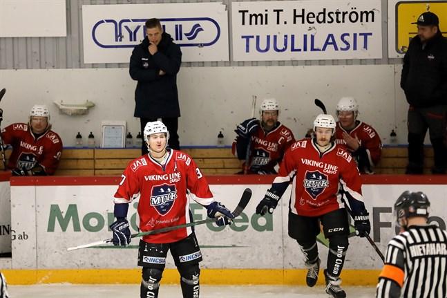 Michael Ringberg, Emil Blomqvist och Jesper Portin får vänta på nystarten i Finlandsserien. Som det nu ser ut är killarna i Muik Hockey tillbaka i elden först i början av februari.