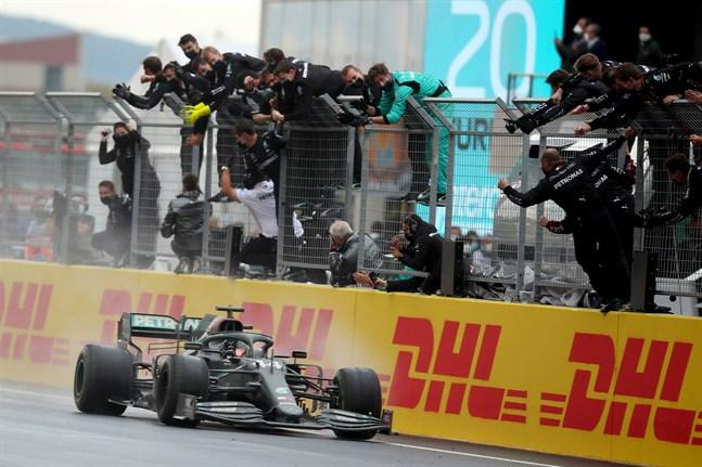 Mercedesföraren Lewis Hamilton bemästrade de blöta förhållandena bäst och var överlägsen etta i Turkiets GP på söndagen.