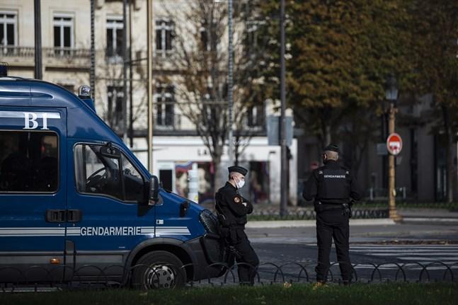 Fransk polis har utökat sina kontroller i Paris efter att man sett tecken på att invånarna bryter mot de covid-restriktioner som råder. Arkivbild.
