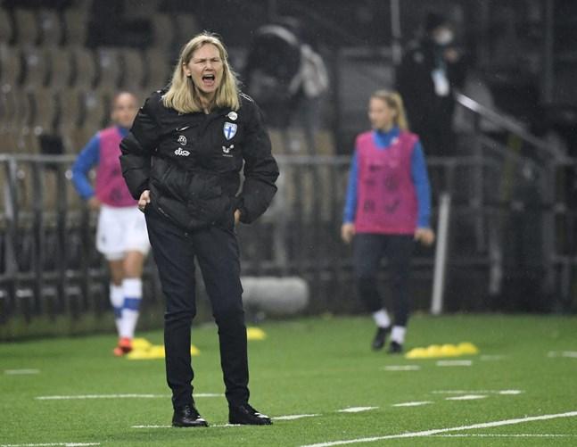 """Den 1 december spelar Finland mot Skottland i EM-kvalet i Edinburgh. """"En seger eller oavgjort håller oss på förstaplats i gruppen. Det skulle vara ett fantastiskt läge inför de två sista matcherna i kvalet"""", säger förbundskapten Anna Signeul."""