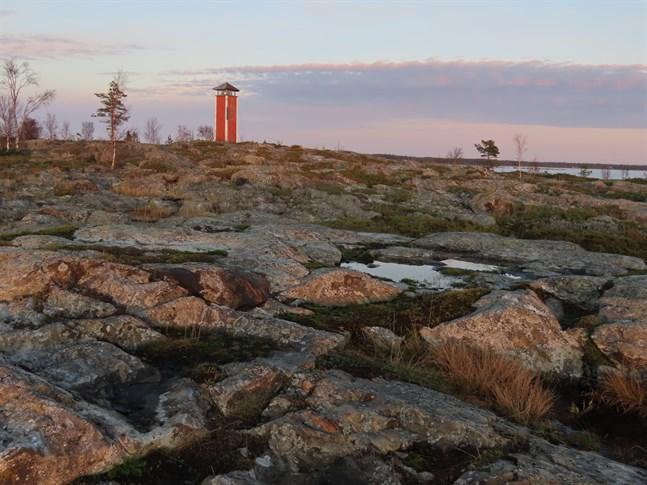 Märigrunds gamla fiskefyr står stagad och väderbiten på sin klippa med utsikt över havet.