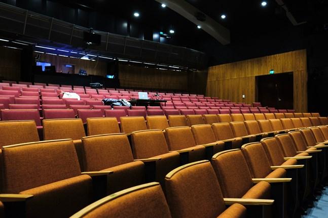 Coronabidraget riktas till teatrar och kulturhus som kämpar med tomma stolar.