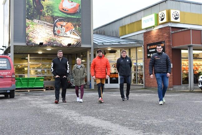 Försäljarna Robert Karlsson och Monika Gullström ser, liksom Marko Loukko och Mikko Katajisto på Kesport Kauhajoki, fram emot att få välkomna kunderna. Lantbruksaffär Loukkos marketchef Jimmy Ratus, längst till höger, tycker att det är bra att det blir mer liv på backen.