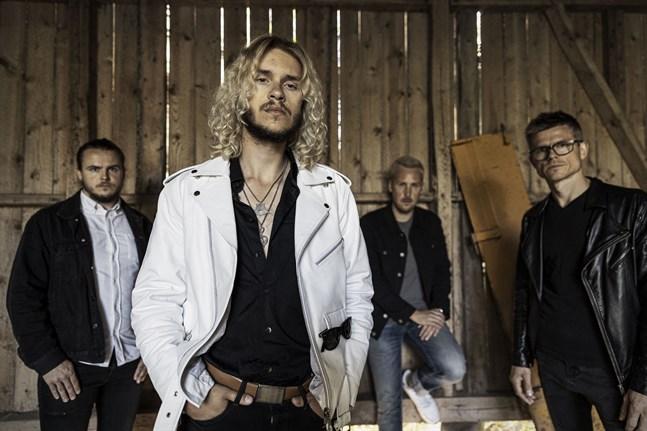 Philip Järvenpää, längst fram, är solist i bandet Philip Järvenpää Blues Experience.