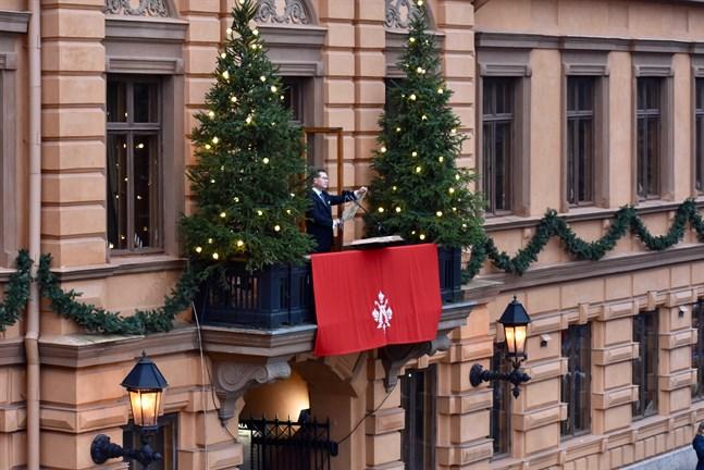 Julfreden har utlysts från Brinkalahusets balkong i Åbo sedan 1886. Åbo stads protokollchef Mika Akkanen har utlyst julfreden sedan 2013. Arkivbild från 2019.