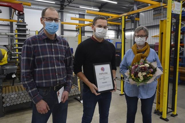 Årets ungdomsarbetsgivare år 2020 är Maxel. Peter Mannfolk, vd Marcus Mannfolk och Ilse Lassander fick diplom och blommor.