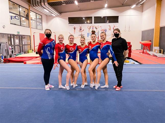 Höstens FSG-mästerskap var en filmad historia. Bilden med Ida-Marie Jungell, Emmi Mäenpää, Felicia Vikström, Tilda Ljung, Ninja Koskinen, Zera Snellman och Marie Andersson togs i samband med att Fitness Idrottsförening dokumenterade sina serier.