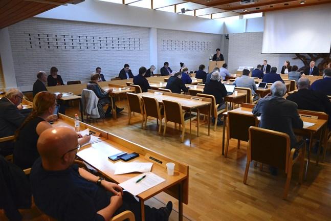 Havsnära boende och vägbelysning behandlades av Närpes stadsfullmäktige på måndagskvällen.