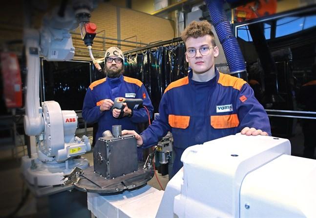 Veikko Naakka och Robert Hertsberg siktar på en grundexamen som plåtslagare/svetsare, men även där jobbar man idag med en hel del automatik, såsom denna svetsrobot.