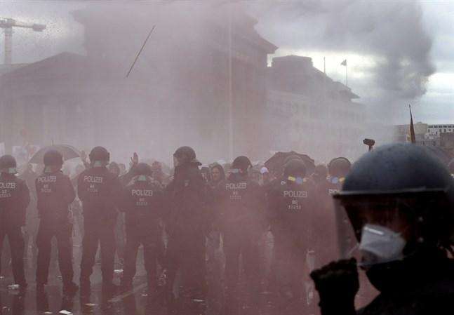 Polisen har satt in vattenkanon mot demonstranter vid Brandenburger Tor i Berlin.