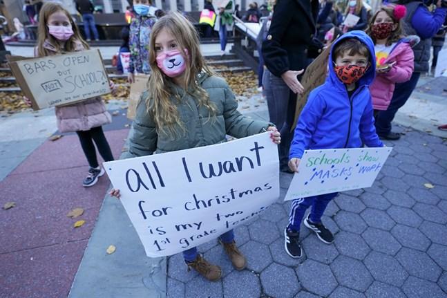 På bilden från den 14 november demonstrerar skolelever i New York mot en stängning av skolorna, som alltså nu blir verklighet.