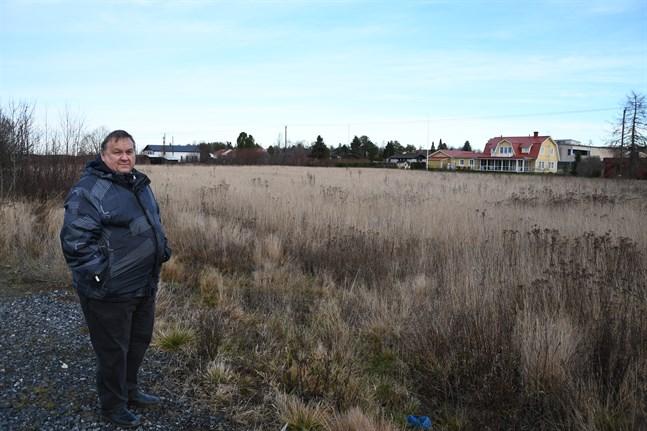 Här längs Karlsrovägen i Kåtnäs har staden planer på att bygga ett daghem. Tomten gränsar till Akranesvägen i norr där den vita hallen skymtar. Till höger bakom bostadshuset skymtar S-market.