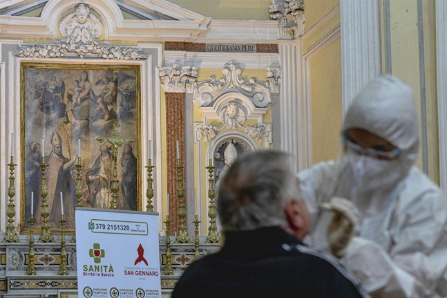 Forskare vill se fler studier innan det kan sägas att coronaviruset spreds i Italien redan under förra året. Här genomförs ett test för viruset i en kyrka i Neapel på onsdagen.