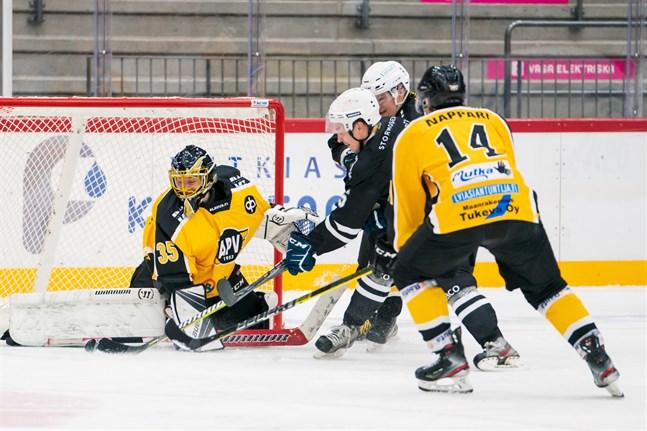 KoMu HT:s förstacenter Mika Kujanpää satte 7–4 bakom APV-målvakten Elias Taipalus.