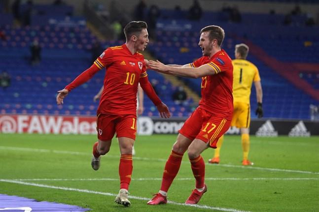 Harry Wilson och Rhys Norrington-Davies firar 1–0-målet.