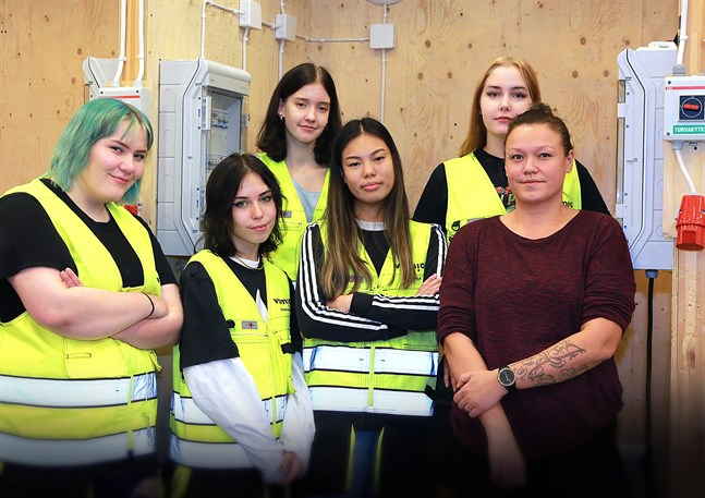 Anisa Seres, Lydia Wester, Emma Carlsson, Jenni Pölkki, Sonia Autio och Sanna Kankaanpää studerar alla el- och automation – en bransch de anser lika lämpad för kvinnor som för män.