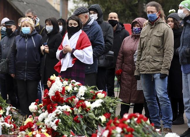 Folk samlas för en hyllning till Raman Bandarenka som misshandlades till döds i Minsk. Nu anklagas ordföranden i Belarus ishockeyförbund för att ha deltagit i misshandeln.