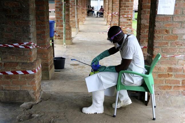 En vårdarbetare iklädd skydd mot ebola i Bikoro i den kongolesiska provinsen Équateur. Arkivbild från en tidigare epidemi.